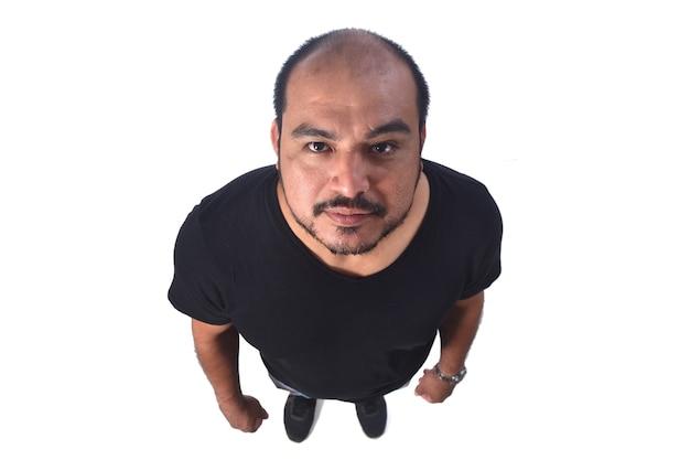 Draufsichtporträt eines lateinamerikanischen mannes auf weißem hintergrund