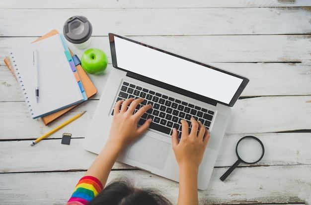 Draufsichtprozeßgeschäft, das mit laptop im büro des offenen raumes arbeitet.