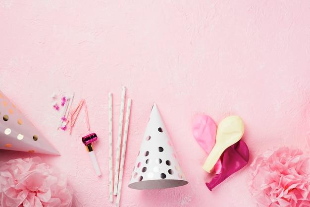 Draufsichtrahmen mit dekorationen auf rosa hintergrund