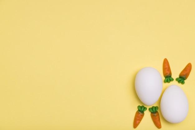 Draufsichtrahmen mit eiern und kleinen karotten