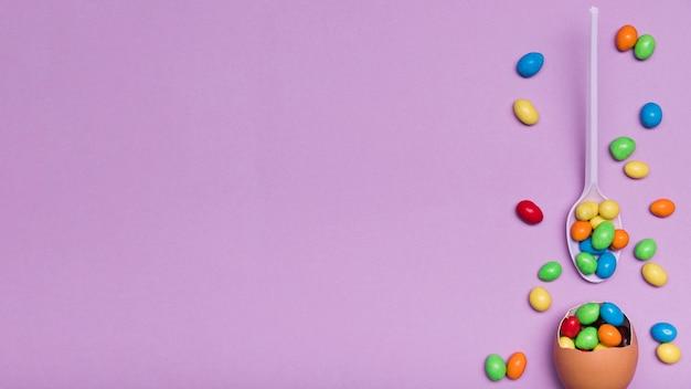 Draufsichtrahmen mit eierschale und süßigkeit