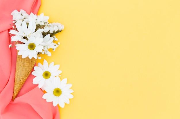 Draufsichtrahmen mit gänseblümchen und schal
