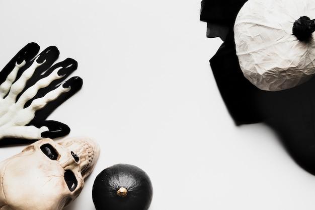 Draufsichtrahmen mit gruseligen halloween-einzelteilen