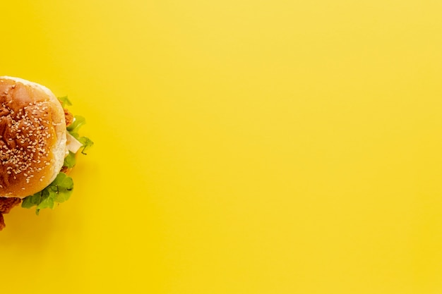 Draufsichtrahmen mit halbem burger und gelbem hintergrund