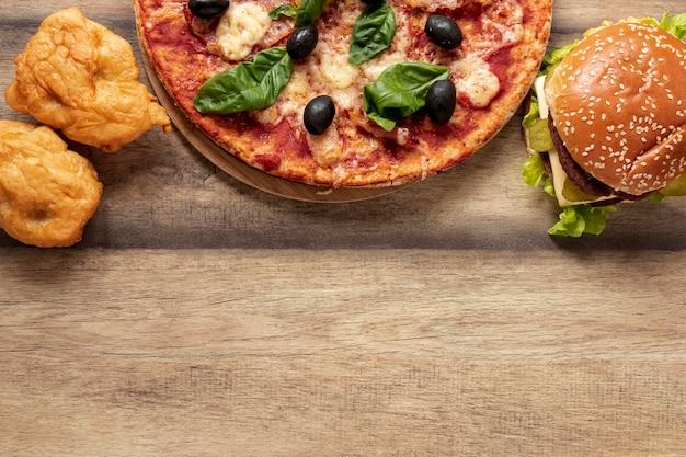 Draufsichtrahmen mit halber pizza und burger