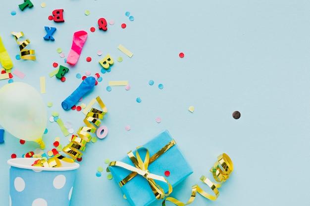 Draufsichtrahmen mit konfettis und geschenk