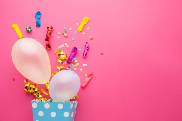 Draufsichtrahmen mit konfettis und rosa hintergrund
