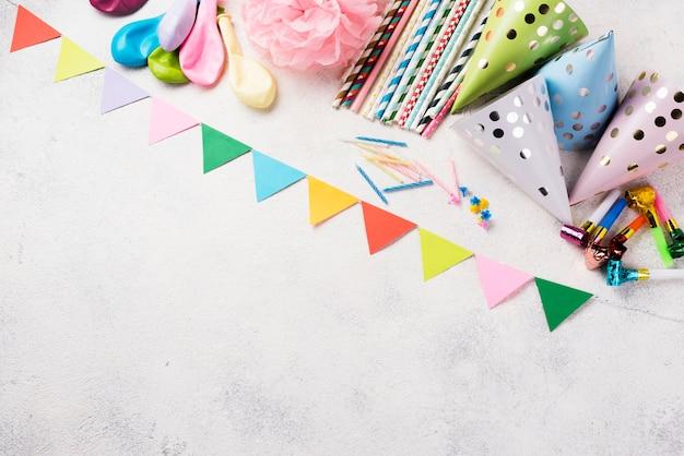 Draufsichtrahmen mit partyhüten und dekorationen