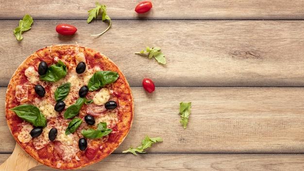Draufsichtrahmen mit pizza und kopieraum