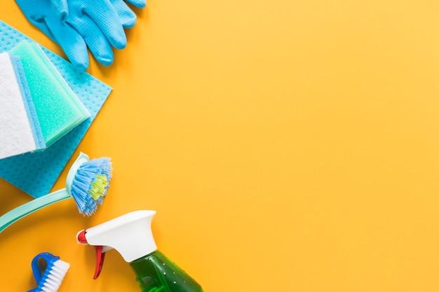 Draufsichtrahmen mit produkten für das säubern