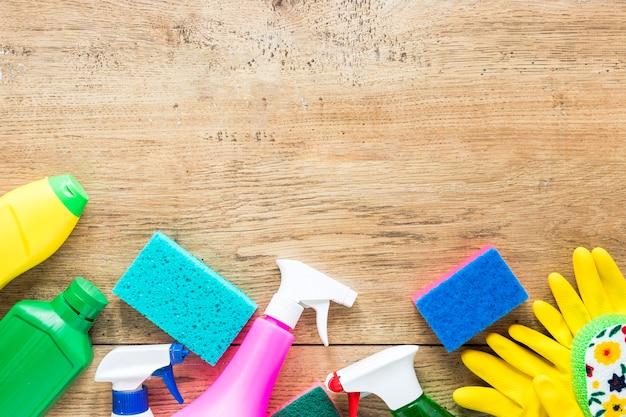 Draufsichtrahmen mit reinigungsprodukten und hölzernem hintergrund