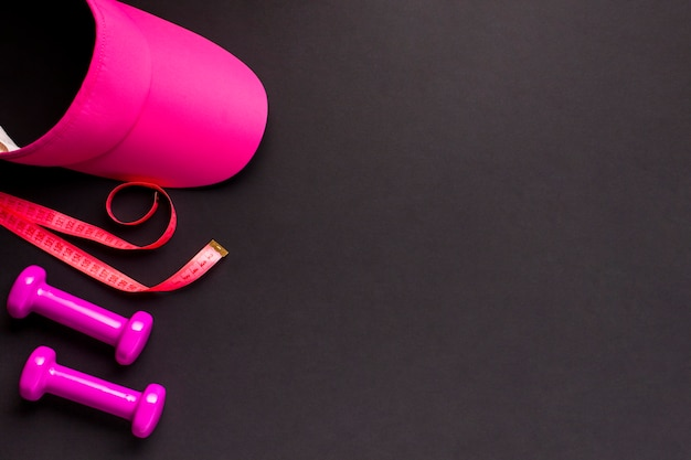 Draufsichtrahmen mit rosa sportlichen einzelteilen