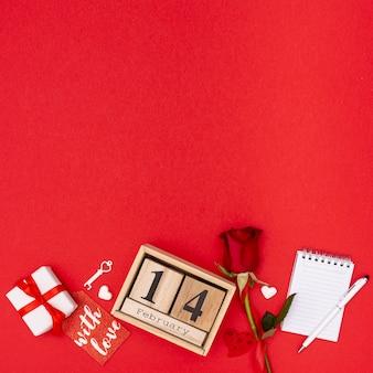 Draufsichtrahmen mit rose und geschenk