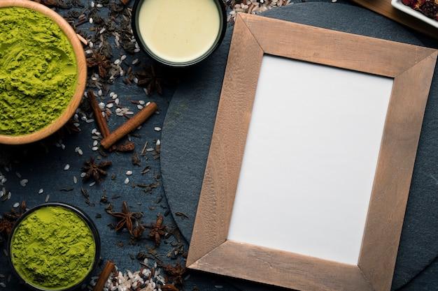Draufsichtrahmen neben grünem asiatischem tee matcha