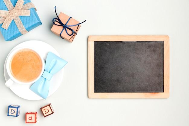 Draufsichtrahmen umgeben von kaffee und geschenken