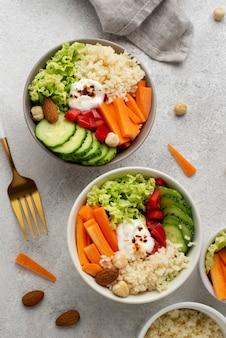 Draufsichtsalat mit couscous und gemüse