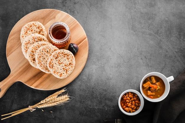 Draufsichtsammlung frühstückspfannkuchen nahe bei weizen und bohnen