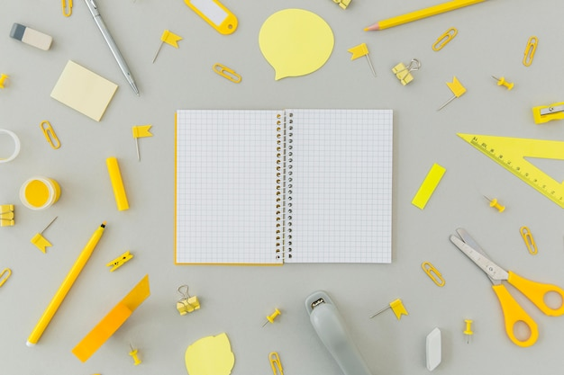 Draufsichtsammlung von schreibwarenobjekten auf dem tisch
