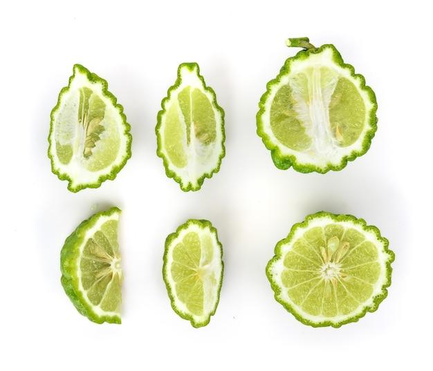 Draufsichtsatz der bergamottefrucht auf weiß.