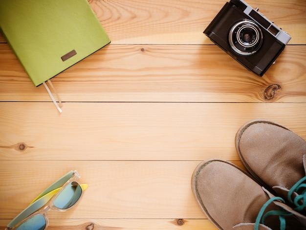 Draufsichtsatz: kamera, stiefel, sonnenbrille, copyspace