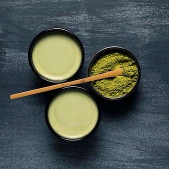 Draufsichtsatz von matcha tee mit zwei asiaten