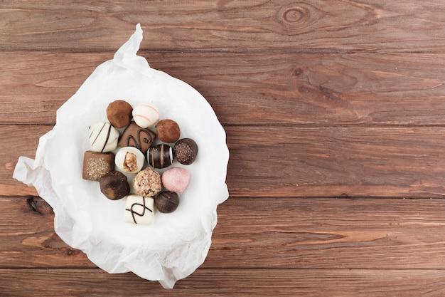 Draufsichtschokoladenauswahl auf einer platte