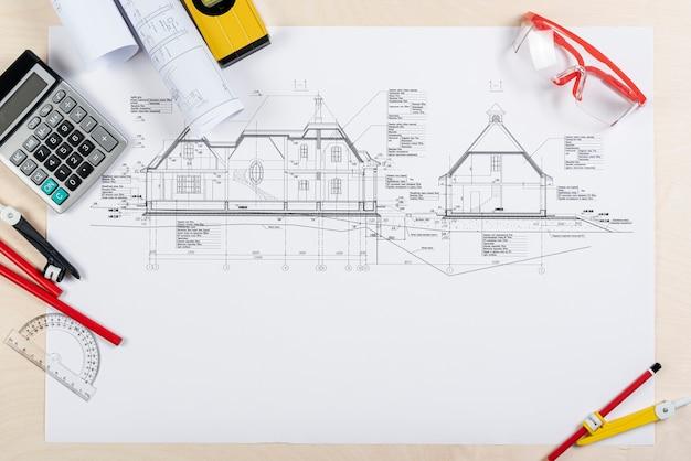 Draufsichtschreibtisch mit architekturplan