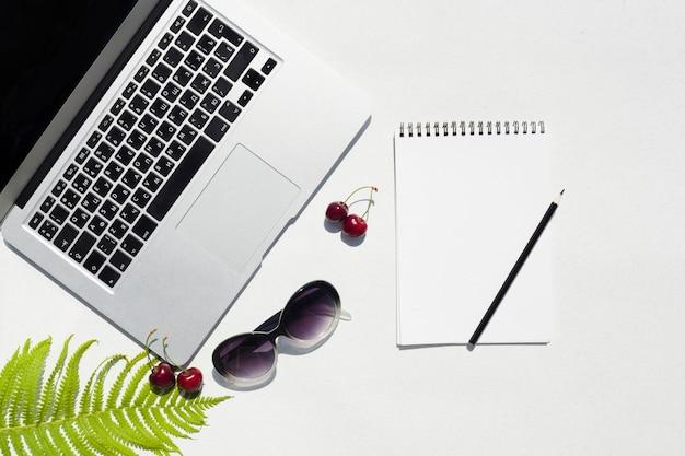 Draufsichtschreibtischkonzept mit laptop