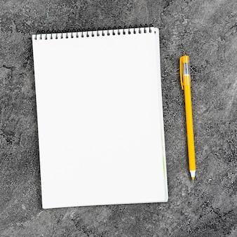 Draufsichtschreibtischkonzept mit notizbuch