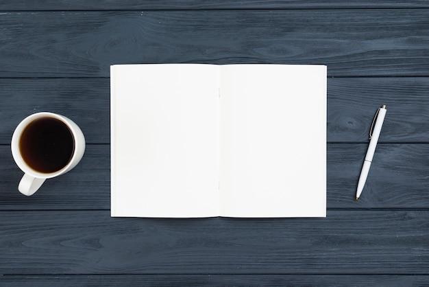 Draufsichtschreibtischkonzept mit offenem notizbuch
