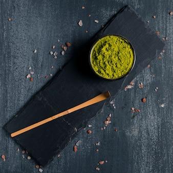 Draufsichtschüssel mit grünem asiatischem tee matcha