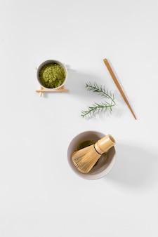 Draufsichtschüssel mit matcha pulver auf dem tisch
