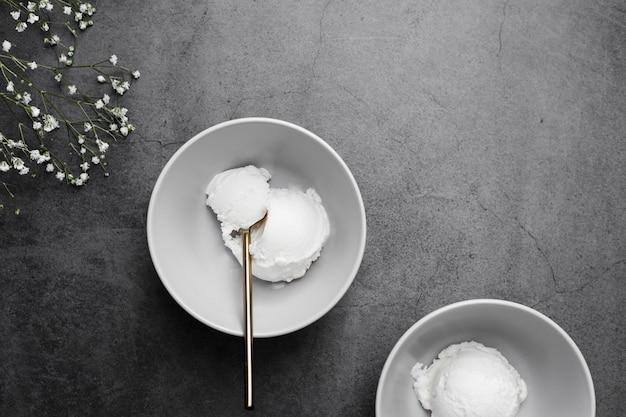 Draufsichtschüsseln mit eiscreme mit vanillegeschmack