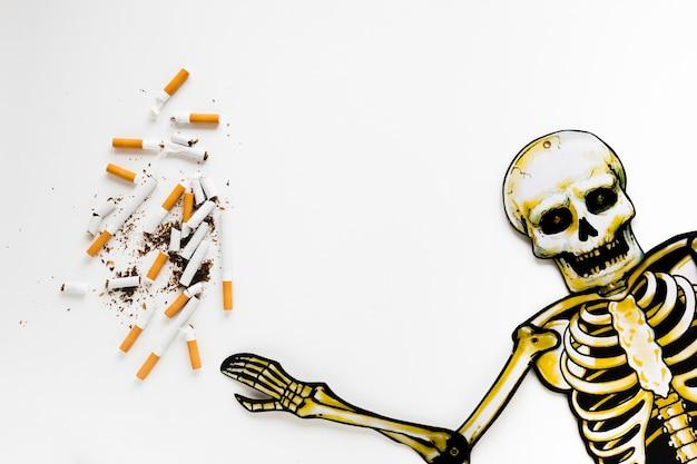 Draufsichtskelett mit zigaretten