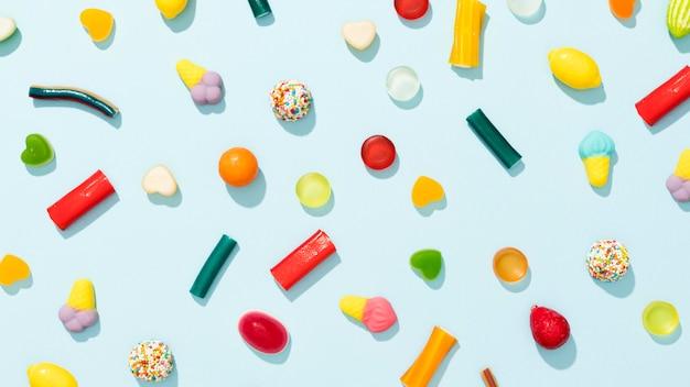 Draufsichtsortiment der bunten bonbons auf blauem hintergrund