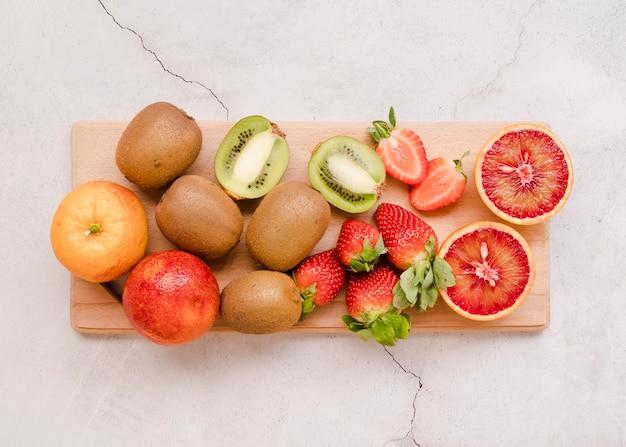 Draufsichtsortiment der köstlichen früchte auf dem tisch