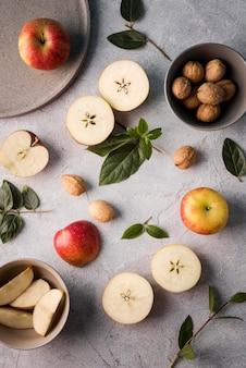 Draufsichtsortiment frischer früchte auf dem tisch