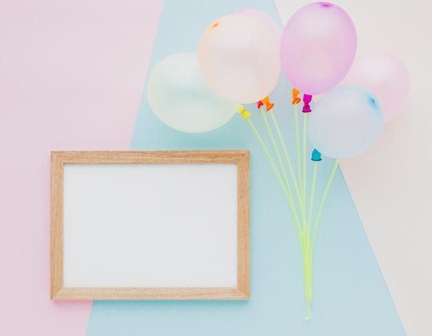 Draufsichtsortiment mit ballonen und rahmen
