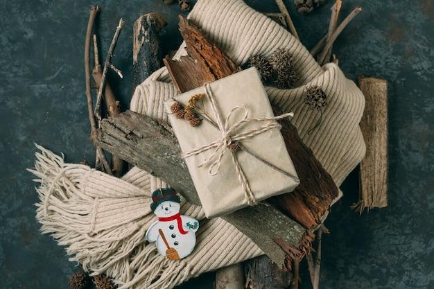 Draufsichtsortiment mit geschenk und schneemann