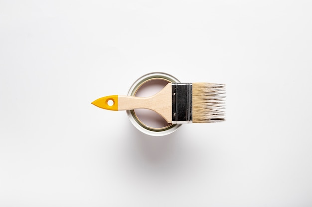 Draufsichtsortiment mit pinsel und farbbehälter