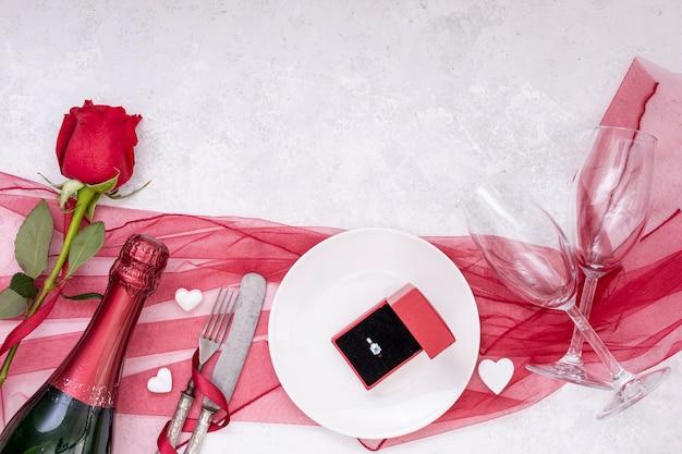 Draufsichtsortiment mit verlobungsring und champagner