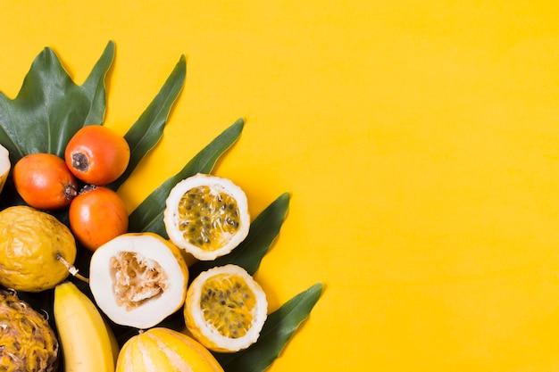 Draufsichtsortiment von exotischen früchten auf dem tisch