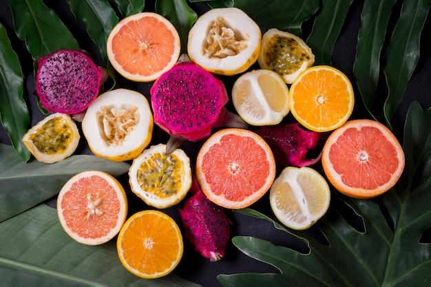 Draufsichtsortiment von exotischen früchten