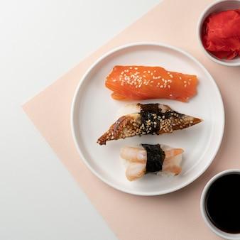 Draufsichtsortiment von sushi-leckereien
