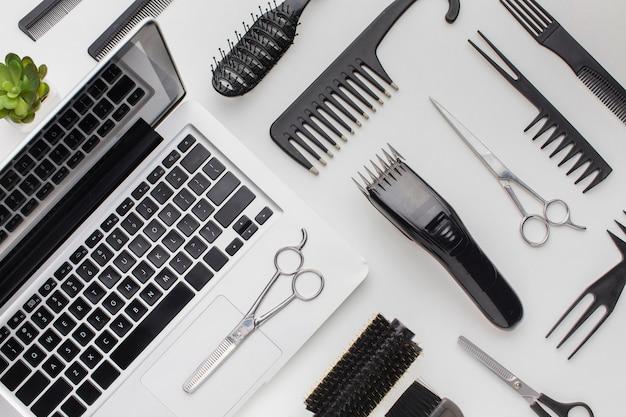 Draufsichtstilistenwerkzeuge und -laptop