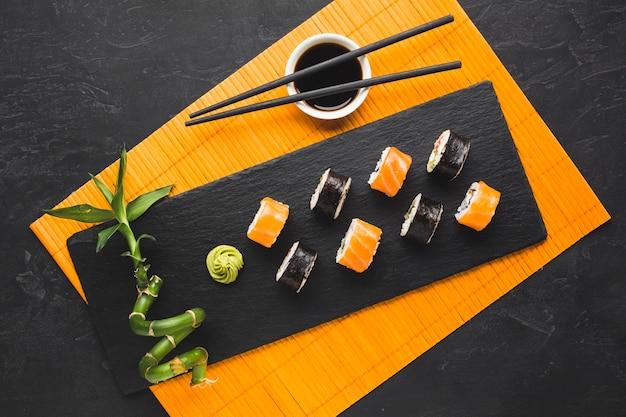 Draufsichtsushi, die auf bambusmatte überziehen