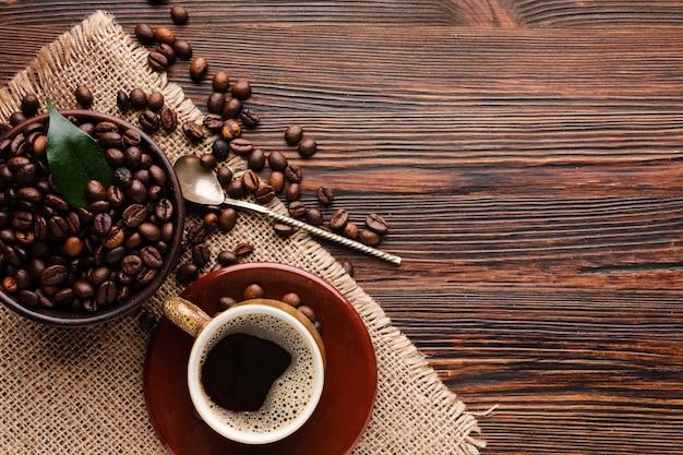 Draufsichttasse kaffee auf dem tisch
