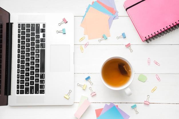 Draufsichttasse kaffee mit computer