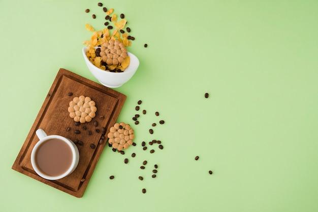Draufsichttasse kaffee mit plätzchen