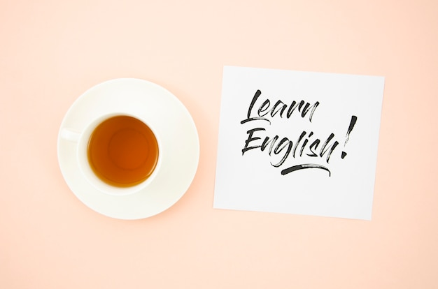 Draufsichttasse kaffee nahe bei lernen englischem modell der klebrigen anmerkung
